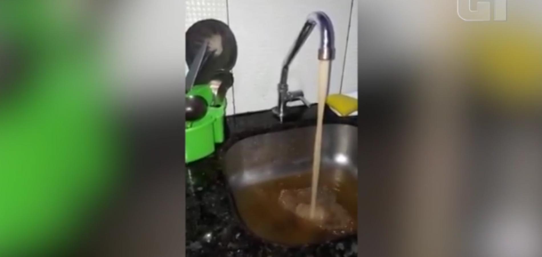 Imagens mostram água barrenta em torneira de residência no Piauí; moradores reclamam de má qualidade