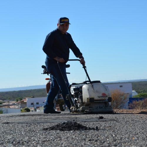 PADRE MARCOS | Prefeito Valdinar realiza recuperação asfáltica com operação tapa buraco na PI 243
