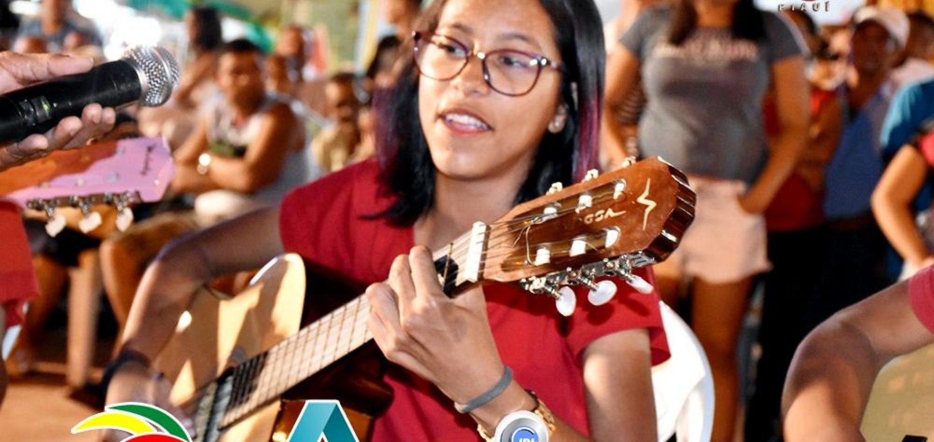 Jovem cantora inhumense sonha com sucesso ao estilo voz e violão