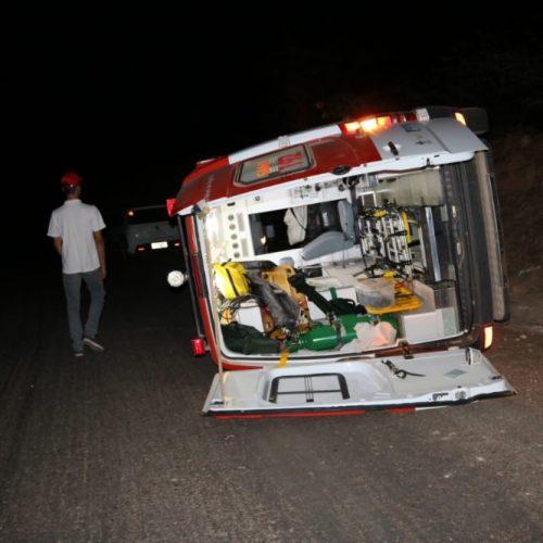 Ambulância do SAMU em cidade do Piauí tomba após colisão frontal