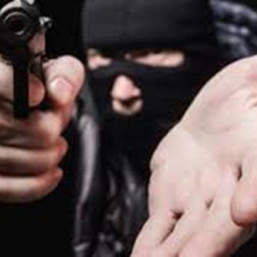 Homem tem carro roubado por dupla armada na porta de casa em Picos
