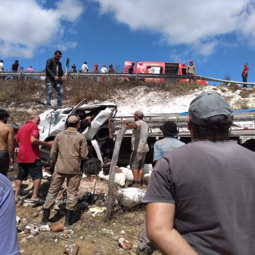 Caminhão carregado de farinha capota depois de sair de Marcolândia; veja fotos