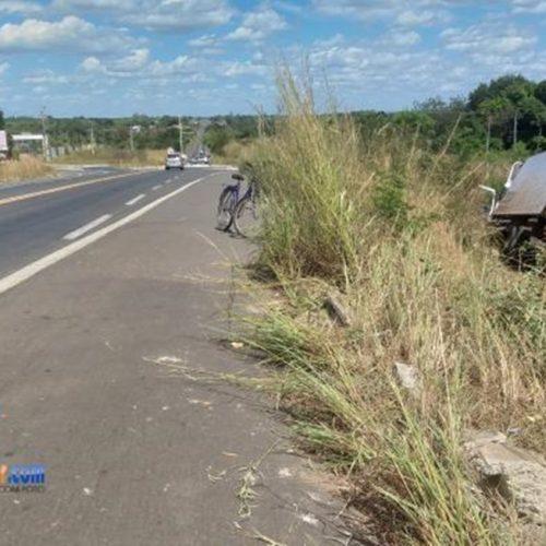 Caminhão fica sem freio e acaba saindo da pista na rodovia BR-343