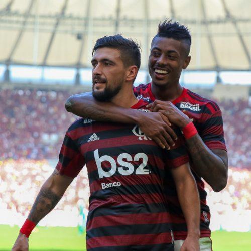 Com três gols de Arrascaeta, Flamengo goleia Goiás por 6 a 1 no Brasileirão