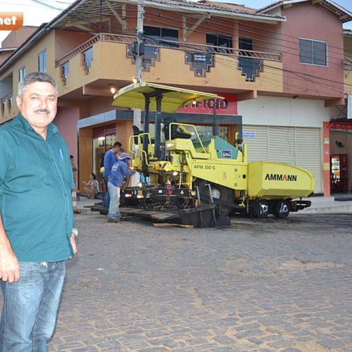 Pavimentação asfáltica é iniciada no Centro de Simões, às vésperas do aniversário de 65 anos; prefeito Zé Ulisses acompanha obra