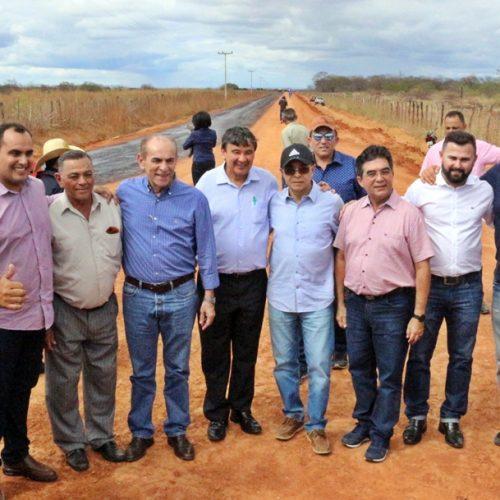 Em Jacobina, governador visita feira de animais, inaugura obra e autoriza conclusão de asfaltamento