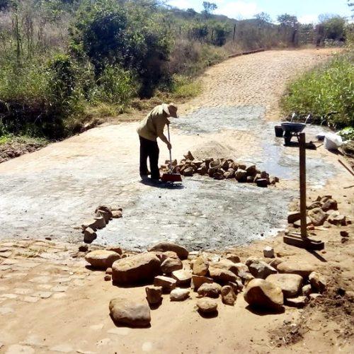 Prefeita Maria José recupera passagem molhada na zona rural de Santana