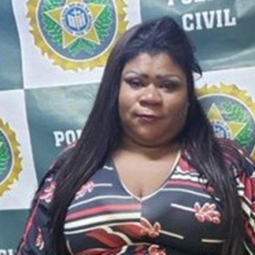 Mulher debocha de policiais dizendo que seria liberada, mas Justiça a mantém presa