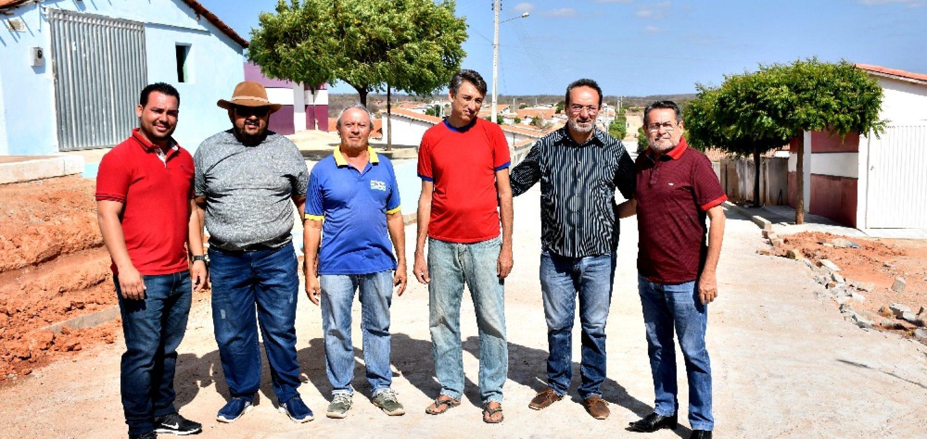 """Prefeito e vice visitam obras de calçamentos em Alagoinha; """"estamos melhorando a vida do nosso povo"""""""