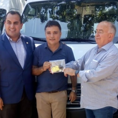 Prefeito Milton Oliveira recebe van com 16 lugares para a Saúde de Vera Mendes