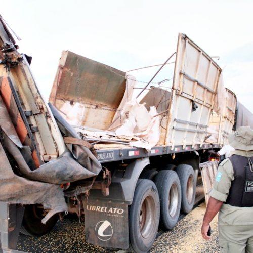 Carreta faz ultrapassagem e carga de milho derrama na BR-316 em Vila Nova do Piauí