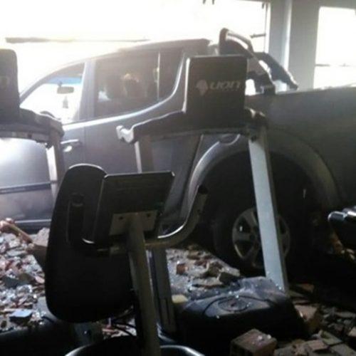 Condutor erra ao dar a ré, bate em três carros e invade academia no Piauí