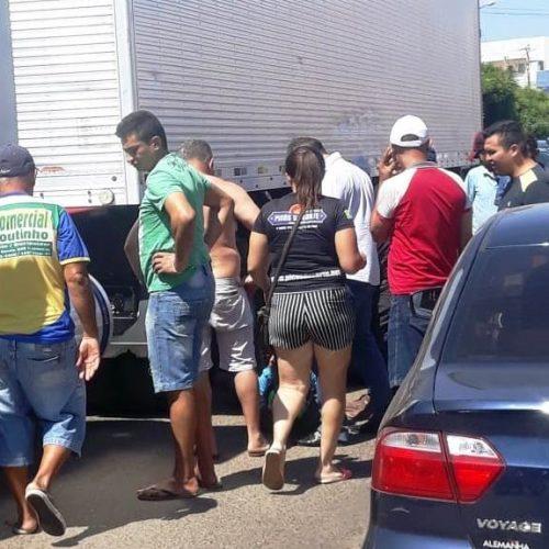 Em ultrapassagem errada, motociclista perde controle e entra debaixo de caminhão em Picos