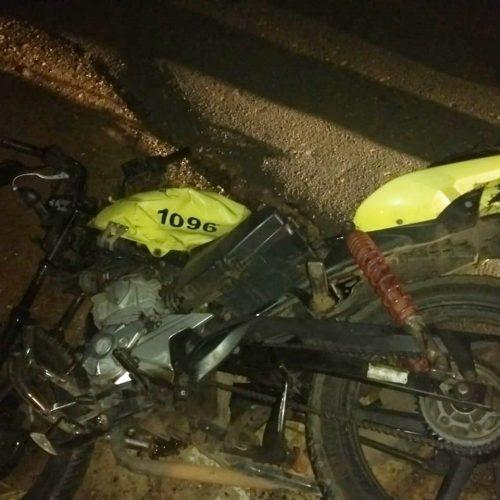 Mototaxista morre após colidir com Hilux na BR-343
