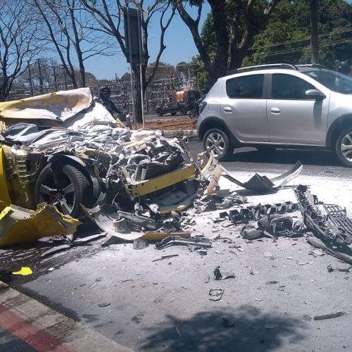 Camaro pega fogo após colidir com ônibus na Avenida João XXIII em Teresina; vídeos