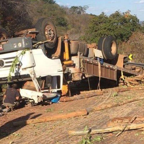 Caminhão carregado de madeira tomba na PI-236