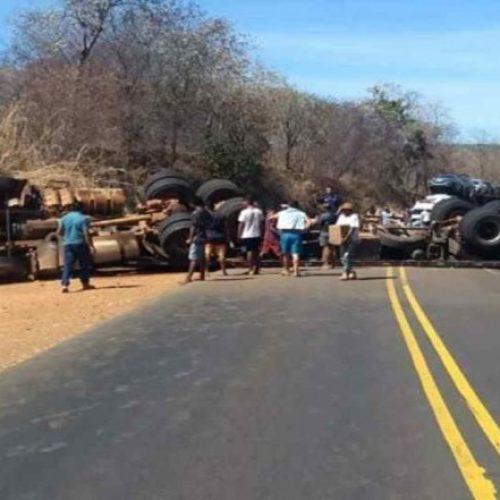 Motorista fica ferido após carreta tombar na BR-135, no Sul do Piauí