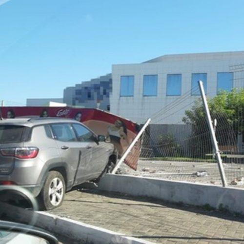 Condutor perde controle do veículo, sobe calçada e colide com mureta de shopping no PI