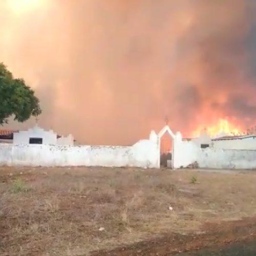 Incêndio em Sussuapara-PI se alastra rapidamente e atinge cemitério da cidade; veja vídeos!