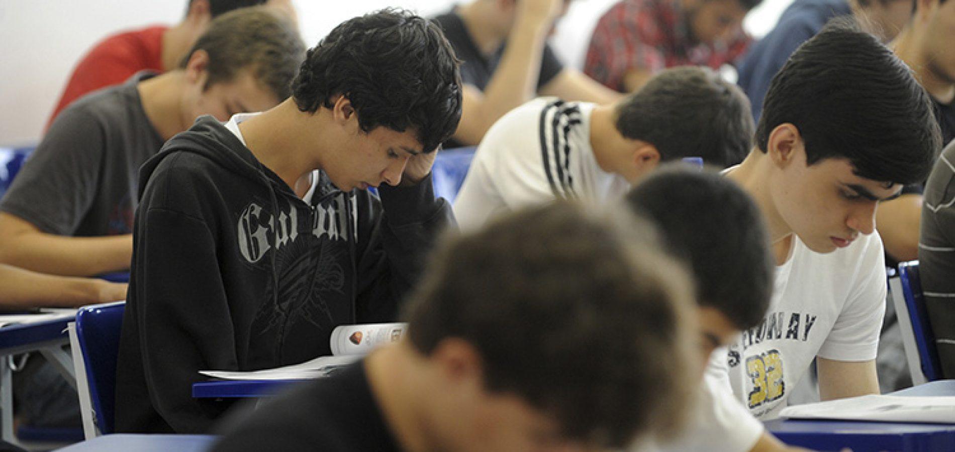 Governo do Piauí autoriza retorno de aulas presenciais do 3° ano do ensino médio, pré-Enem e de estágios para universitários