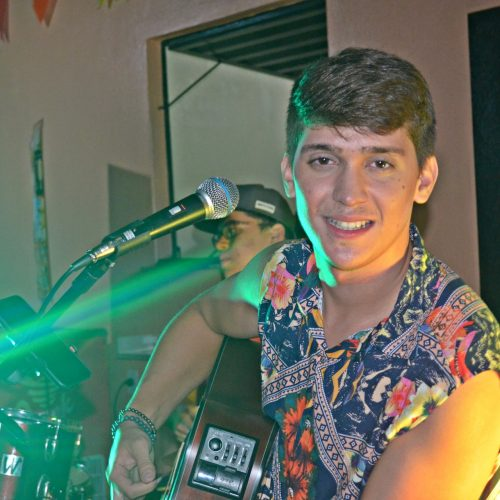 Cantor Dayvid Lima se apresenta no Galo Beer Bar e Restô; veja quem esteve presente