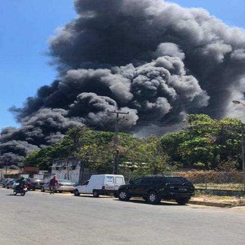 Incêndio de grandes proporções atinge fábrica de sandálias no Piauí