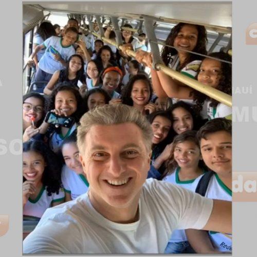 Luciano Huck 'invade' ônibus escolar e posa com fãs antes de deixar Bom Jesus