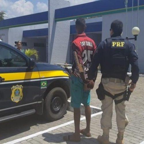 Populares tentam impedir prisão de motociclista alcoolizado e jogam pedras em viatura da PR