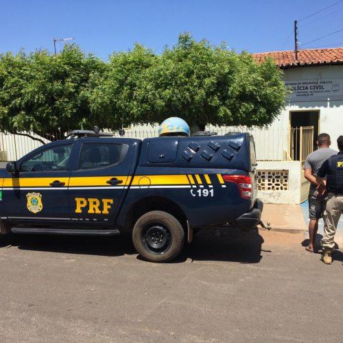 Agentes da PRF cumprem mandado de prisão durante abordagem