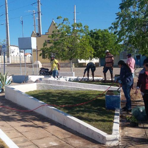 SÃO JULIÃO│Prefeito Dr. Jonas reforma praça, ruas, iluminação e constrói banheiros no Mercado Público do povoado Mandacaru