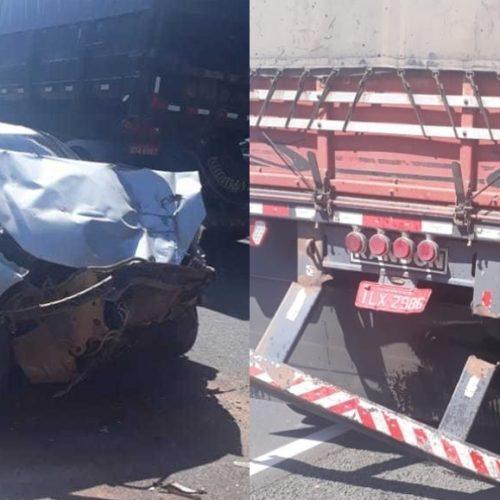Carro colide na traseira de caminhão e deixa uma pessoa fica ferida na BR-230