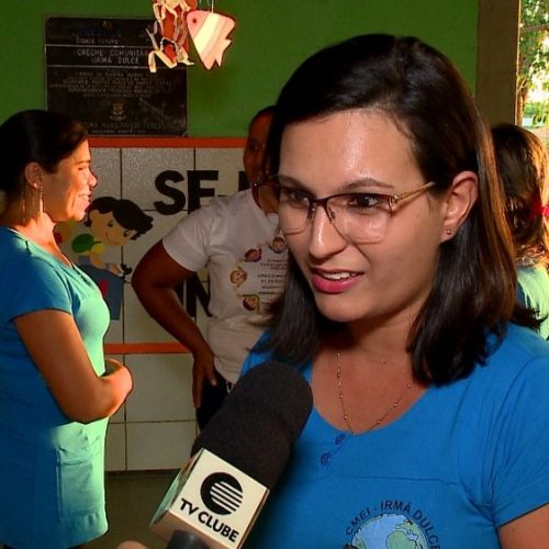 Professora molha chão da sala de aula para amenizar calor em escola sem climatização no Piauí