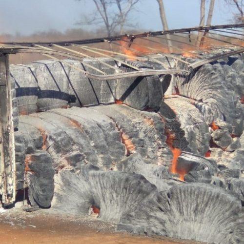 Carreta carregada com pluma de algodão incendeia na rodovia BR-135
