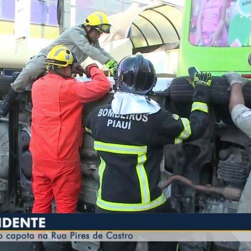 Carro fica preso em ônibus após colisão no Piauí