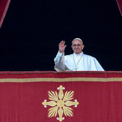 Papa Francisco fica preso em elevador e bombeiros fazem resgate