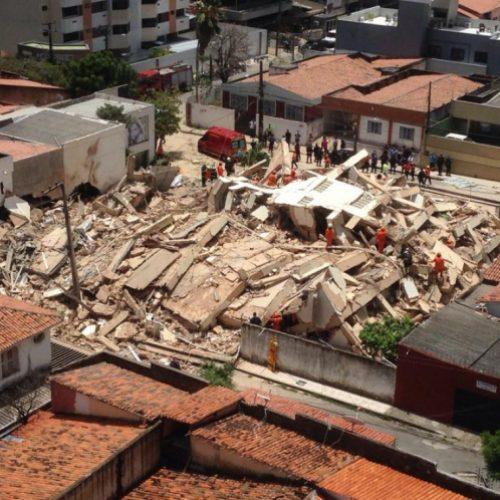 Prédio residencial de 7 andares desaba e uma pessoa morre; busca por vítimas continua