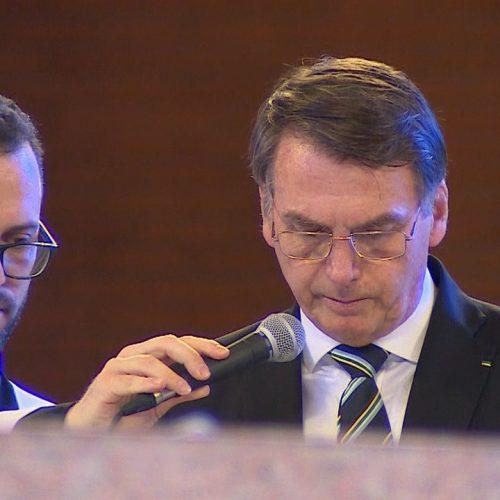Sob vaias e aplausos, Bolsonaro participa de missa em Aparecida