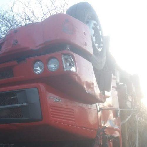 MARCOLÂNDIA│Motorista perde controle e caminhão carregado de madeira tomba na BR-316