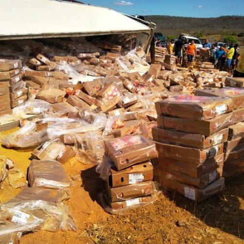 Caminhão tomba e motorista autoriza população a levar carga de frangos na PI-140