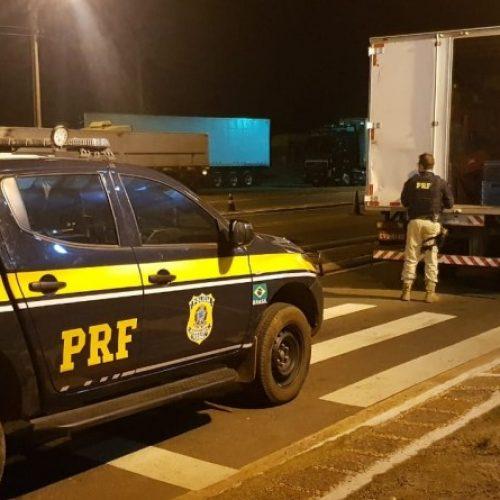 PRF apreende carga de cigarros contrabandeados e prende motorista em Dom Expedito Lopes