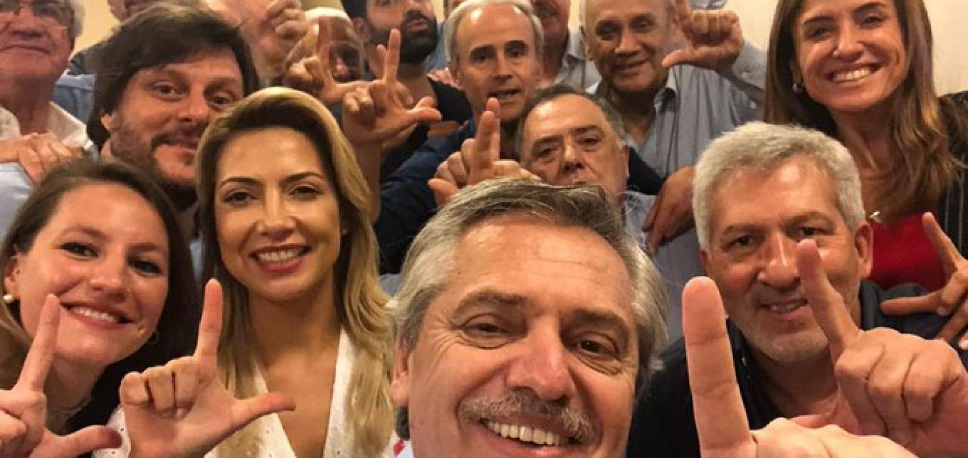 Bolsonaro lamenta vitória de Fernández e diz que gesto 'Lula livre' é afronta à democracia do País