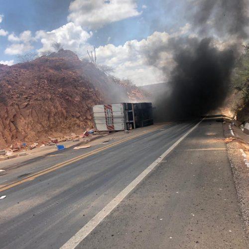 """Carreta tomba e incendeia com motorista dentro na ladeira do """"S"""" em Marcolândia; veja vídeo"""