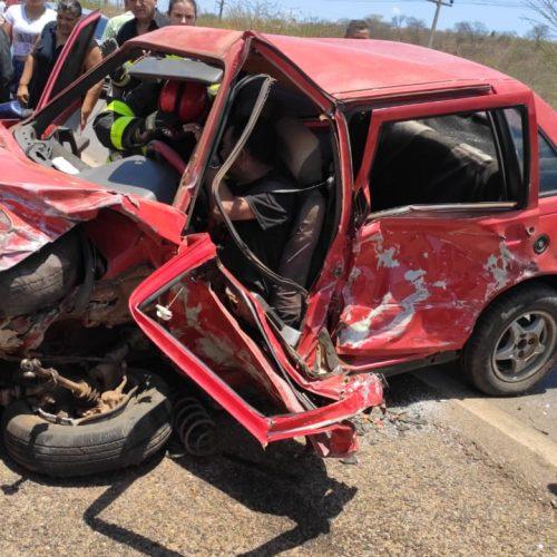 Acidente entre carro de passeio e caminhão deixa aposentado ferido em Picos
