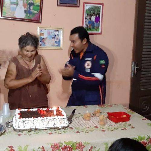 PI | Idosa desmaia ao ganhar aniversário surpresa e canta 'parabéns' com socorristas do Samu