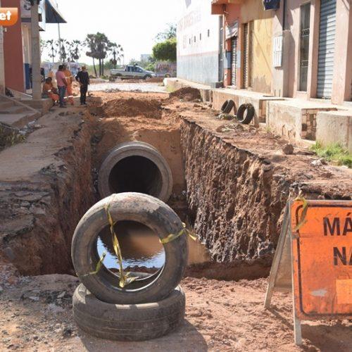 Após uma semana parada, obra de saneamento é retomada em Picos