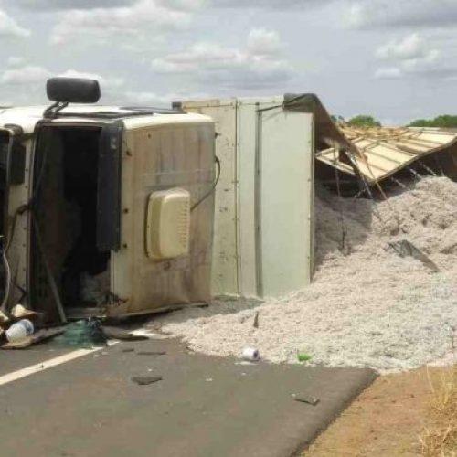 Carreta carregada de Algodão tomba na rodovia BR-135