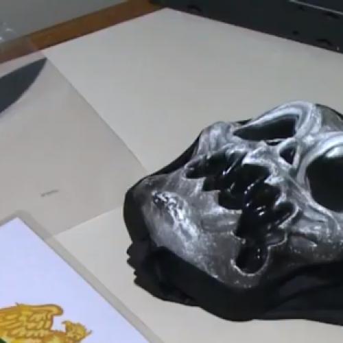 Adolescente utiliza máscara de Halloween para matar mãe e esfaquear padrasto