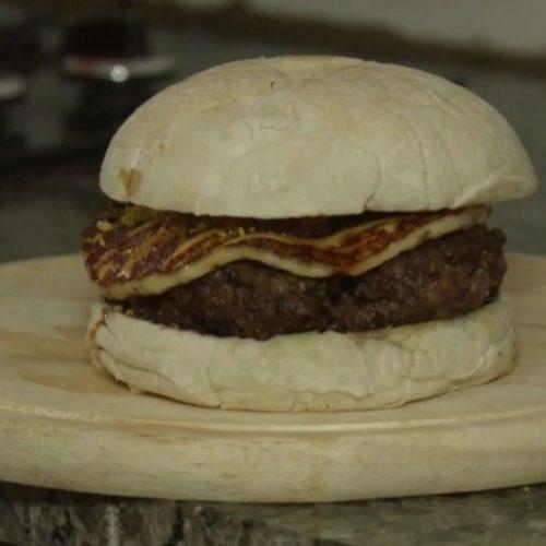 Aprenda a fazer um hambúrguer com carne de carneiro e molho de cajuína