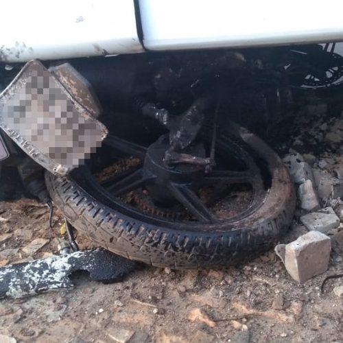 Motociclista sem carteira tenta fugir de fiscalização e morre atropelado por ônibus na BR-343