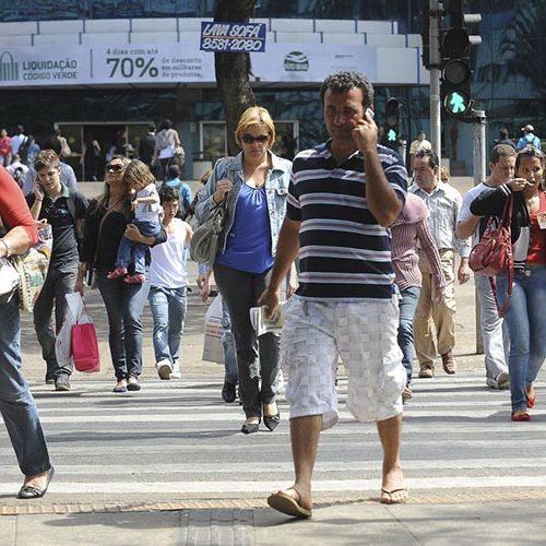 Metade dos brasileiros vive com R$ 413 mensais